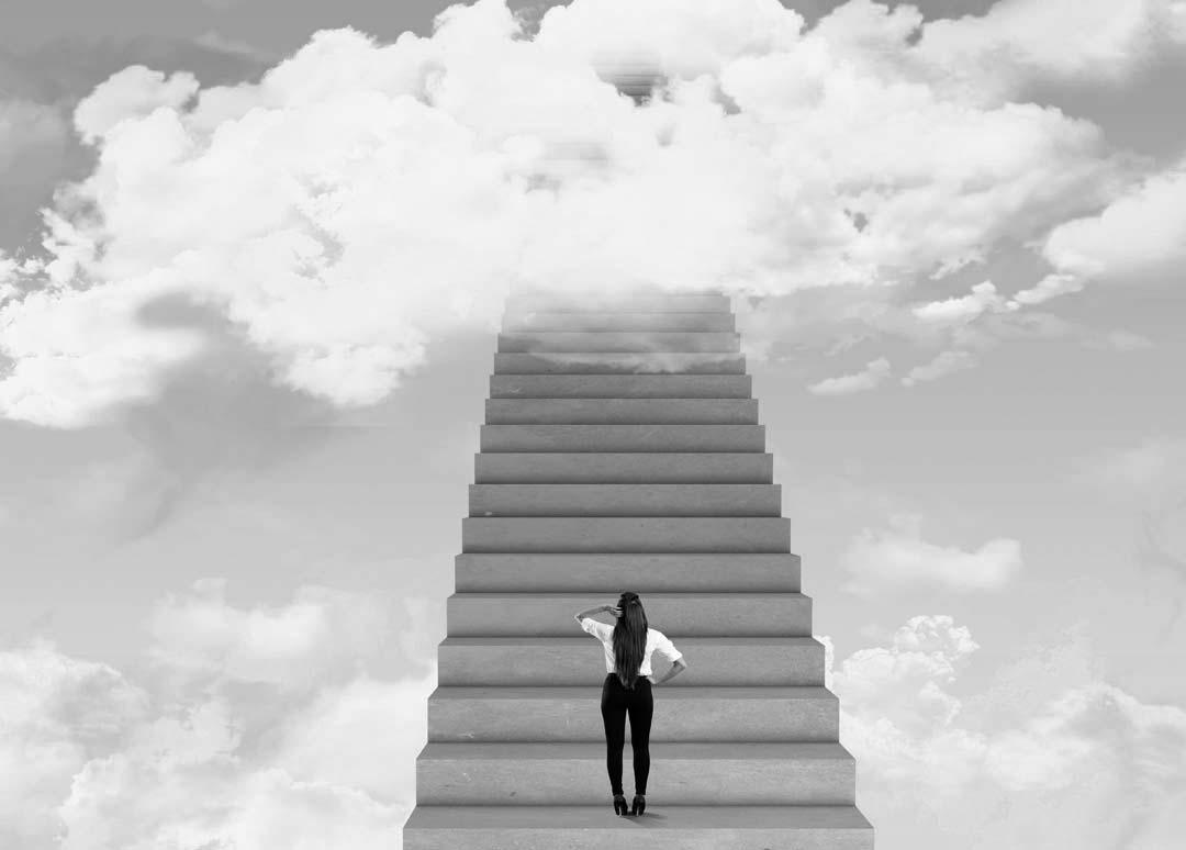 Zakenvrouw op trap naar succes.